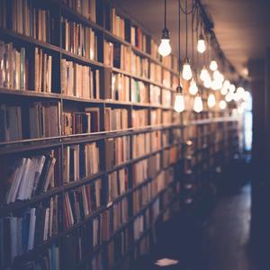 Tieto tuo toivoa: kirjoja hyllyssä.